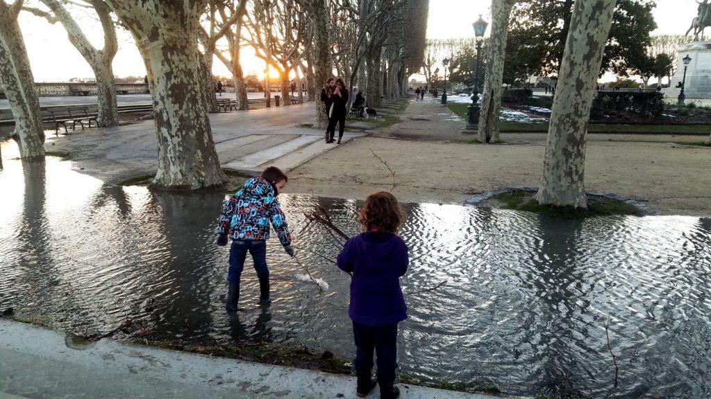 jeu libre enfants jouent flaque eau montpellier bouts de bous