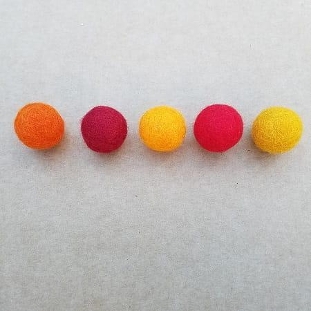 assortiment-boules-laine-feutrée-rouge-orange-jaune