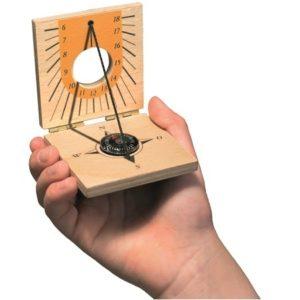 cadran-solaire-boussole-enfant-nature-jouer-dehors