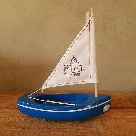 bateau-bois-tirot-modele-201-coque-bleu-voile-blanche
