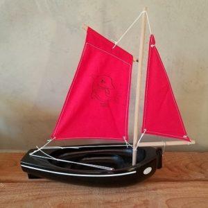 bateau-thonier-pirate-tirot-modele-206-coque-noir-voile-rouge
