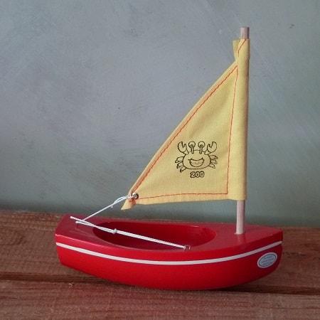bateau-thonier-tirot-modele-200-coque-rouge-voile-jaune