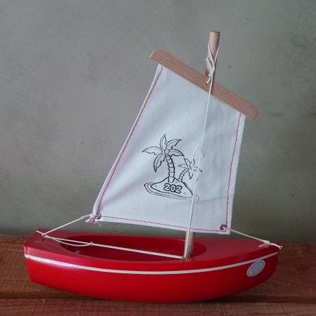 bateau-thonier-tirot-modele-202-coque-rouge-voile-blanche