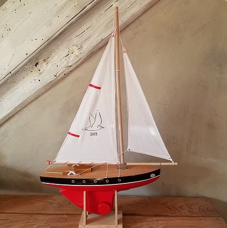 bateau-thonier-tirot-modele-502-coque-rouge-voile-blanche