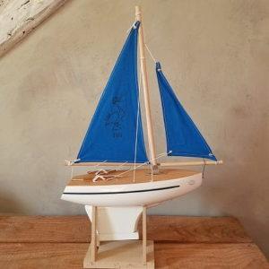 bateau-thonier-tirot-modele-701-coque-blanche-voile-bleu