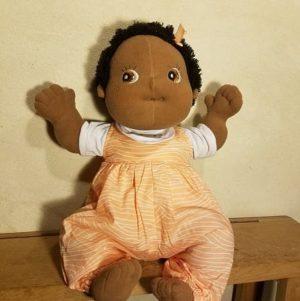 poupée-empathie-tissu-rubens-barn-baby-nora-noire