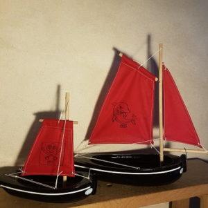 bateau-thonier-pirate-tirot-modele-coque-noir-voile-rouge