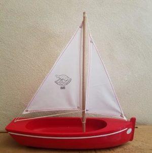 bateau-tirot-barque-108-coque-rouge-voile-blanche-voilier