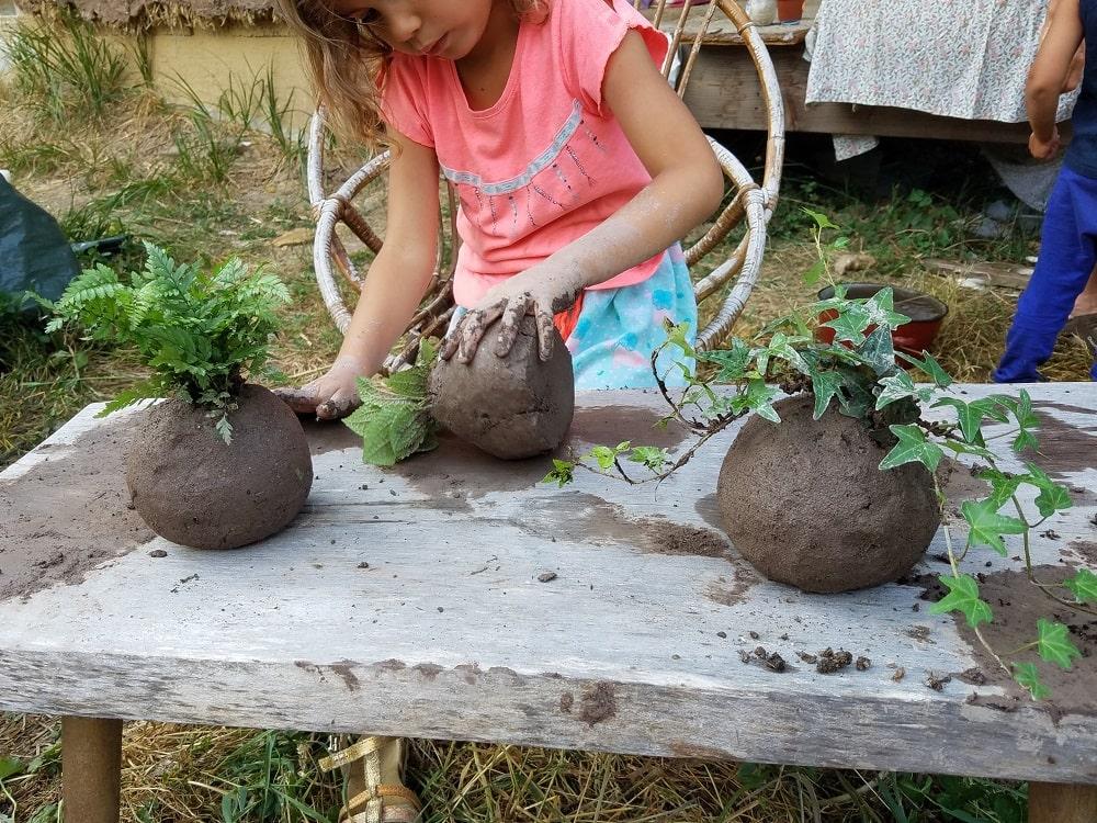 kokedama-enfant-plante-jouer