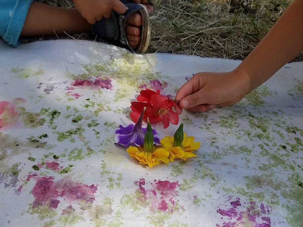 tataki-zome-activite-enfant-nature-jouer-eco-print-waldorf-famille