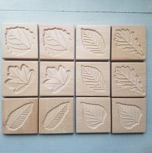 tuiles-sensorielles-empreintes-feuilles-bois-dessin-enfant-mise-en-paire