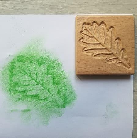 tuiles-sensorielles-empreintes-feuilles-bois-dessin-enfant-mise-en-paire-botanique