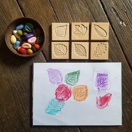 tuiles-sensorielles-empreintes-feuilles-bois-dessin-enfant-mise-en-paire-crayon-rocks
