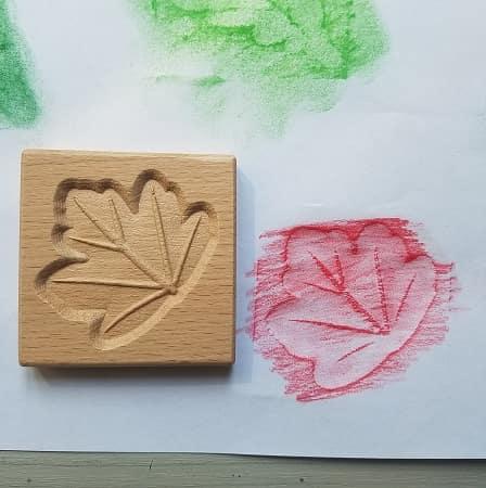 tuiles-sensorielles-empreintes-feuilles-bois-dessin-enfant-mise-en-paire-montessori