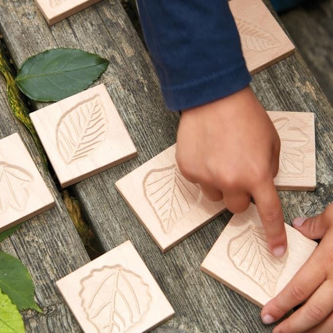 tuiles-sensorielles-feuilles-bois-maternelle-montessori