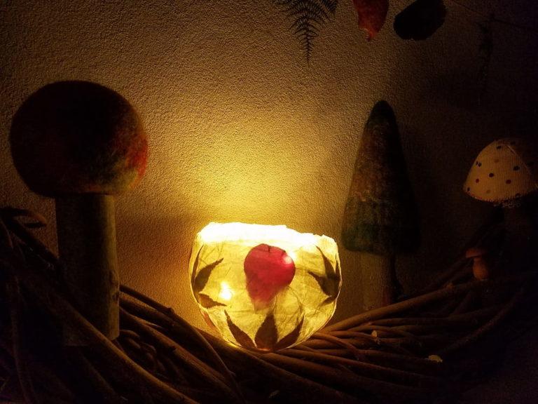 artisanat-d-automne-enfant-lanterne-feuilles-papier-nature-jouer