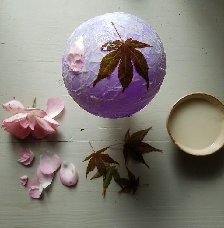 artisanat-d-automne-enfant-lanterne-feuilles-papier-waldorf