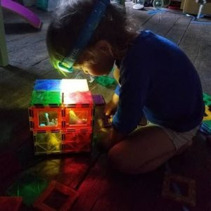 lampe-frontale-enfant-ptezl-jouer-lumière