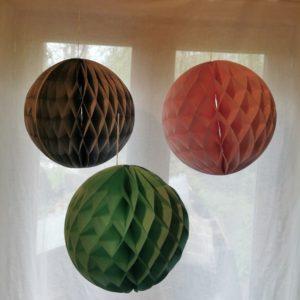 boule-papier-nid-abeille-suspension-decoration-rico-design