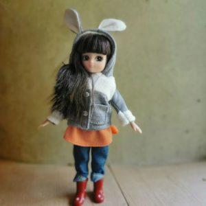 poupée-lottie-mannequin-barbie-promenade-dans-le-parc